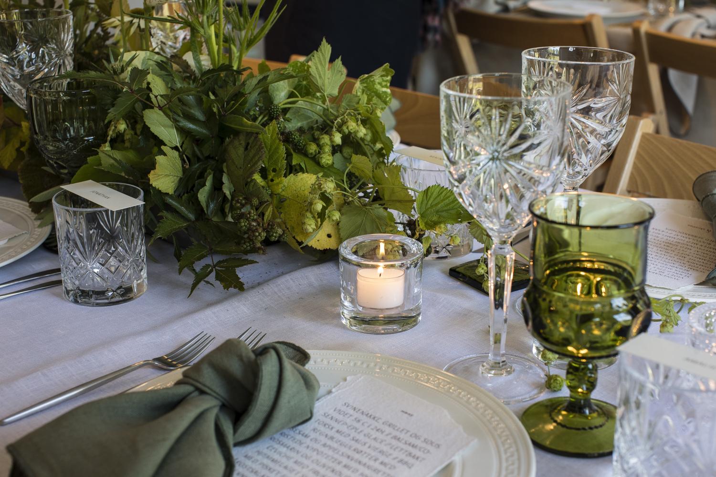 Bilde av borddekking i grønntoner