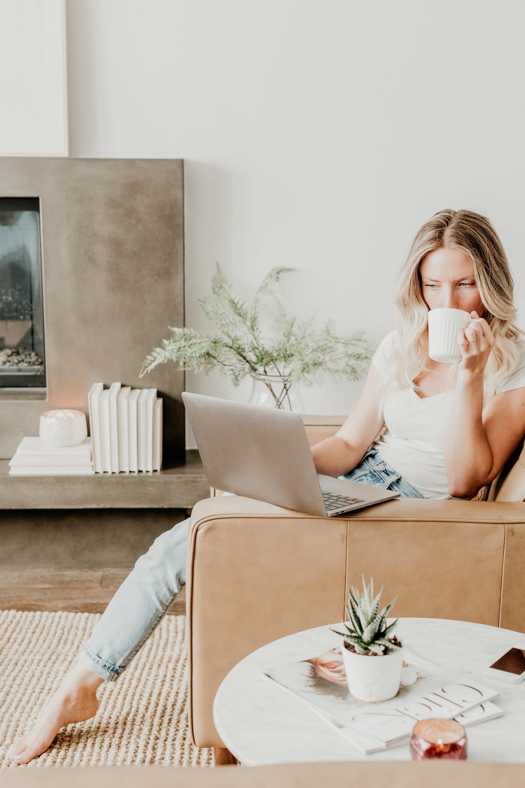 Illustrasjonsbilde - dame med laptop i sofa