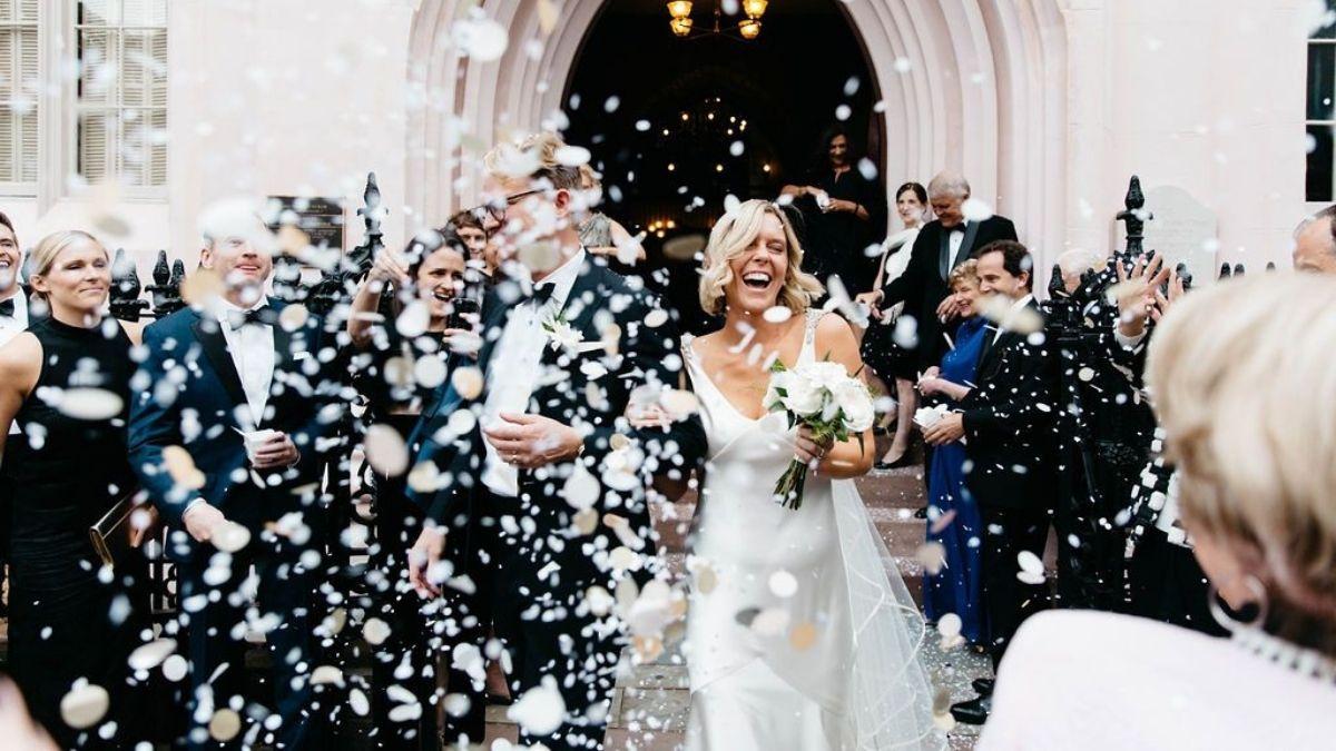 brudepar utenfor kirken