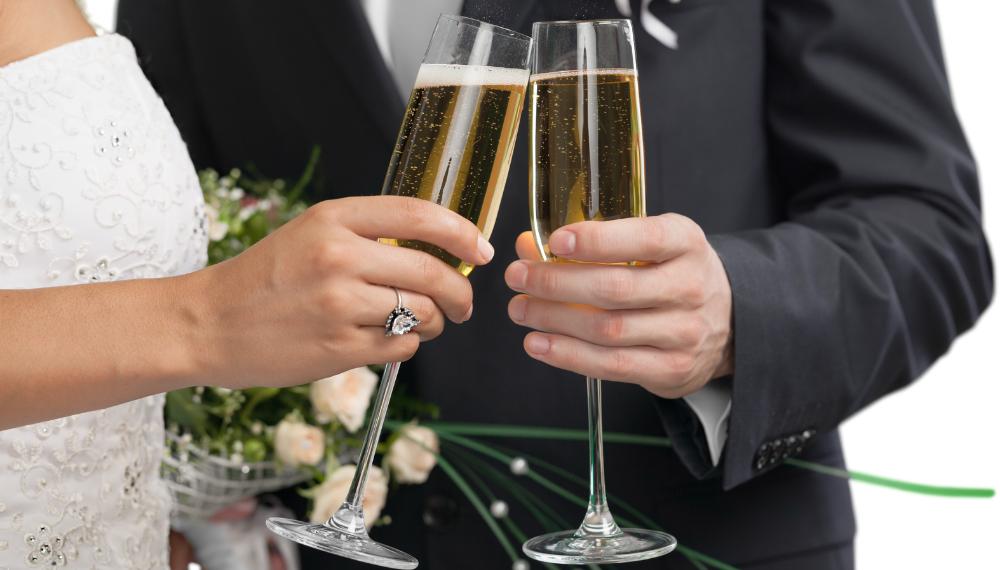 brudepar som skåler